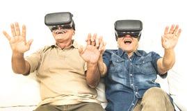 前辈退休了夫妇获得乐趣与虚拟现实玻璃一起 库存图片
