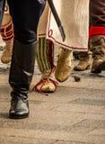 前进与传统制服的仪仗队 免版税图库摄影