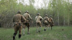 前进二战的俄国苏联步兵红军的士兵走沿森林公路在夏日 22个项目符号口径组白色 股票录像