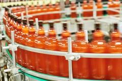 继续前进传动机的啤酒或碳酸化合的饮料的塑料瓶 免版税库存照片