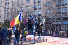 前进和庆祝在大街上的人们 库存照片