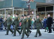 前进圣帕特里克` s天的爱尔兰军事人员在纽约游行 库存照片