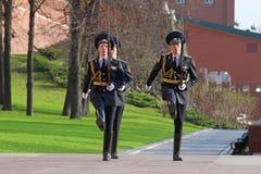 前进在克里姆林宫墙壁的仪仗队的哨兵 图库摄影