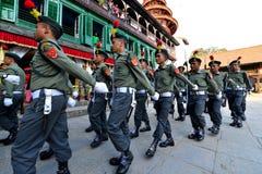 前进在加德满都的尼泊尔士兵 库存图片