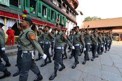 前进在加德满都的尼泊尔士兵 免版税库存图片