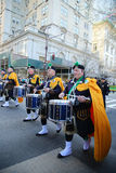 前进在圣帕特里克` s天游行的NYPD鲜绿色社会带在纽约 图库摄影