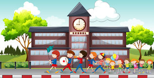 前进在学校前面的孩子 向量例证