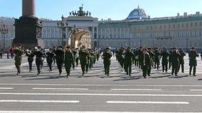 前进在宫殿正方形的一个军事乐队 游行的排练 影视素材