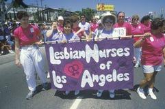 前进在快乐自豪感游行的女同性恋者护士 免版税库存图片