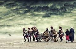 前进在有剧烈的云彩的开放土地的拿破仑战士 免版税图库摄影
