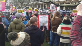 前进在没有回教禁令示范的抗议者在伦敦 免版税库存图片