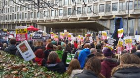 前进在没有回教禁令示范的抗议者在伦敦 图库摄影