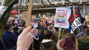 前进在没有回教禁令示范的抗议者在伦敦 库存图片