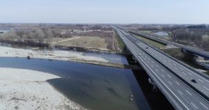 前进在河床和高速公路路有汽车的在秋天或冬天 室外晴朗的运输scape高速公路 股票录像