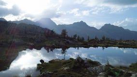 前进在清楚的蓝色湖和帐篷阵营上在日落夏日 欧洲意大利阿尔卑斯瓦尔d `奥斯塔室外绿色 股票录像
