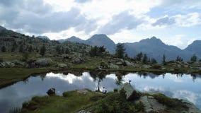前进在清楚的蓝色湖和帐篷阵营上在晚上夏日 欧洲意大利阿尔卑斯瓦尔d `奥斯塔室外绿色 影视素材