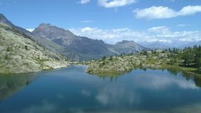 前进在清楚的蓝色湖和松木上在晴朗的夏日 欧洲意大利阿尔卑斯瓦尔d `奥斯塔室外绿色 影视素材