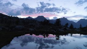 前进在清楚的蓝色湖和照片照相机上在夜夏日 欧洲意大利阿尔卑斯瓦尔d `奥斯塔室外绿色 股票录像