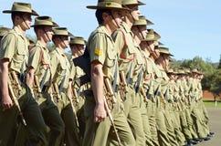 前进在游行安扎克天的澳大利亚军队挖掘者 图库摄影