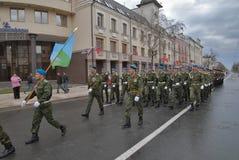 前进在游行的军事学院的军校学生 库存照片
