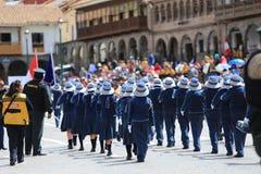 前进在游行的学生在库斯科,秘鲁 免版税图库摄影