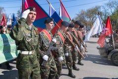 前进在游行的爱国的俱乐部的军校学生 免版税库存图片