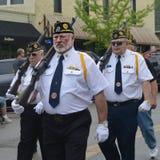 前进在游行的退伍军人 免版税库存照片