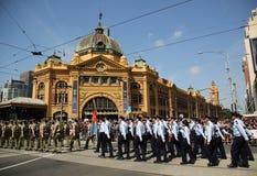 前进在澳大利亚天期间的参加者在墨尔本游行 免版税库存照片
