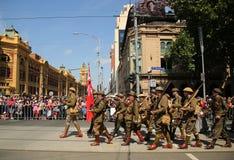前进在澳大利亚天期间的参加者在墨尔本游行 免版税库存图片