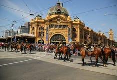 前进在澳大利亚天期间的参加者在墨尔本游行 库存图片