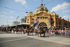 前进在澳大利亚天期间的参加者在墨尔本游行 免版税图库摄影