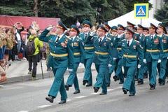 前进在胜利天游行的Rosgvardiya在Pyatigorsk,俄罗斯 免版税库存照片