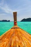 继续前进在蓝色热带泰国海的长尾巴小船 库存照片