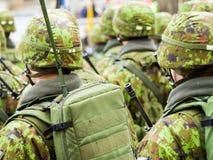 前进在街道上的军队战士 免版税库存图片