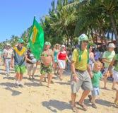 前进在StPatrick的天游行, Cabarete,多米尼加共和国的Touists 库存照片