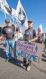 前进往美国墨西哥边界的抗议者 免版税图库摄影