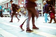 继续前进斑马行人穿越道的人们在拥挤城市 香港 库存图片