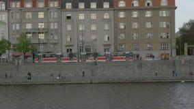 从继续前进沿常驻旅馆标准和堤防,布拉格,捷克的小船的看法伏尔塔瓦河河 影视素材