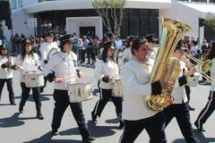 前进沿街道的英式铜管乐队 免版税库存照片