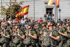 前进用西班牙语国庆节军队游行的伞兵 图库摄影