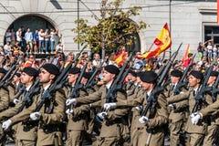 前进用西班牙语国庆节军队游行的战士 图库摄影