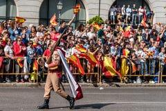 前进用西班牙语国庆节军队游行的战士 库存图片