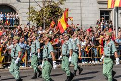 前进用西班牙语国庆节军队游行的Legionarios 免版税库存照片