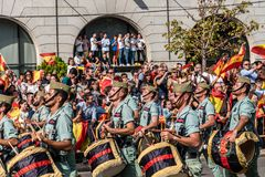 前进用西班牙语国庆节军队游行的Legionarios 库存照片