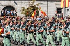 前进用西班牙语国庆节军队游行的Legionarios 免版税图库摄影