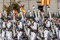 前进用西班牙语国庆节军队的山战士游行 免版税库存照片