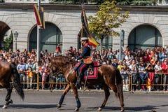 前进用西班牙语国庆节军队的骑兵游行 免版税图库摄影