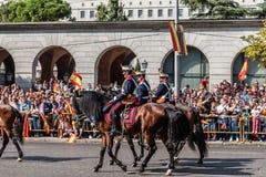 前进用西班牙语国庆节军队的骑兵游行 免版税库存照片