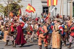 前进用西班牙语国庆节的老西班牙语Tercios的战士 图库摄影