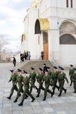 前进的战士在莫斯科克里姆林宫 免版税图库摄影
